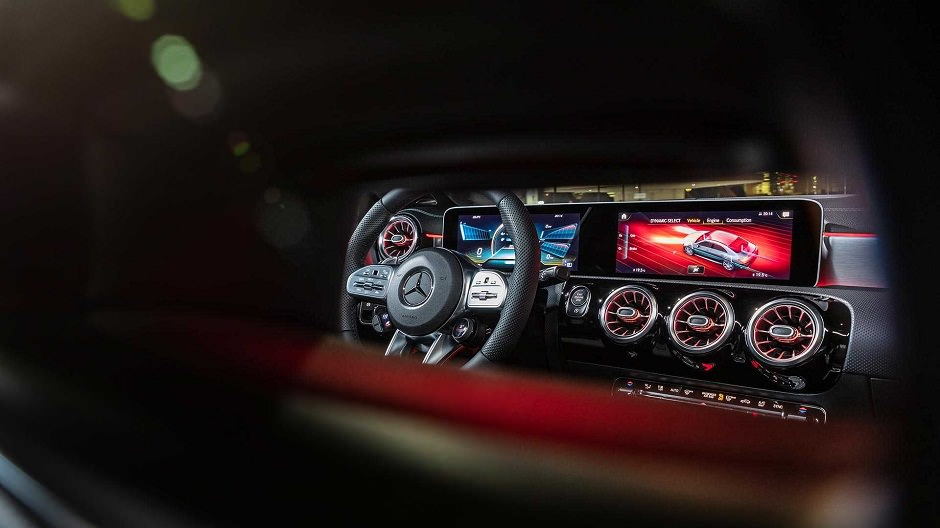 المقصورة الداخلية لسيارة مرسيدس CLA35 2020