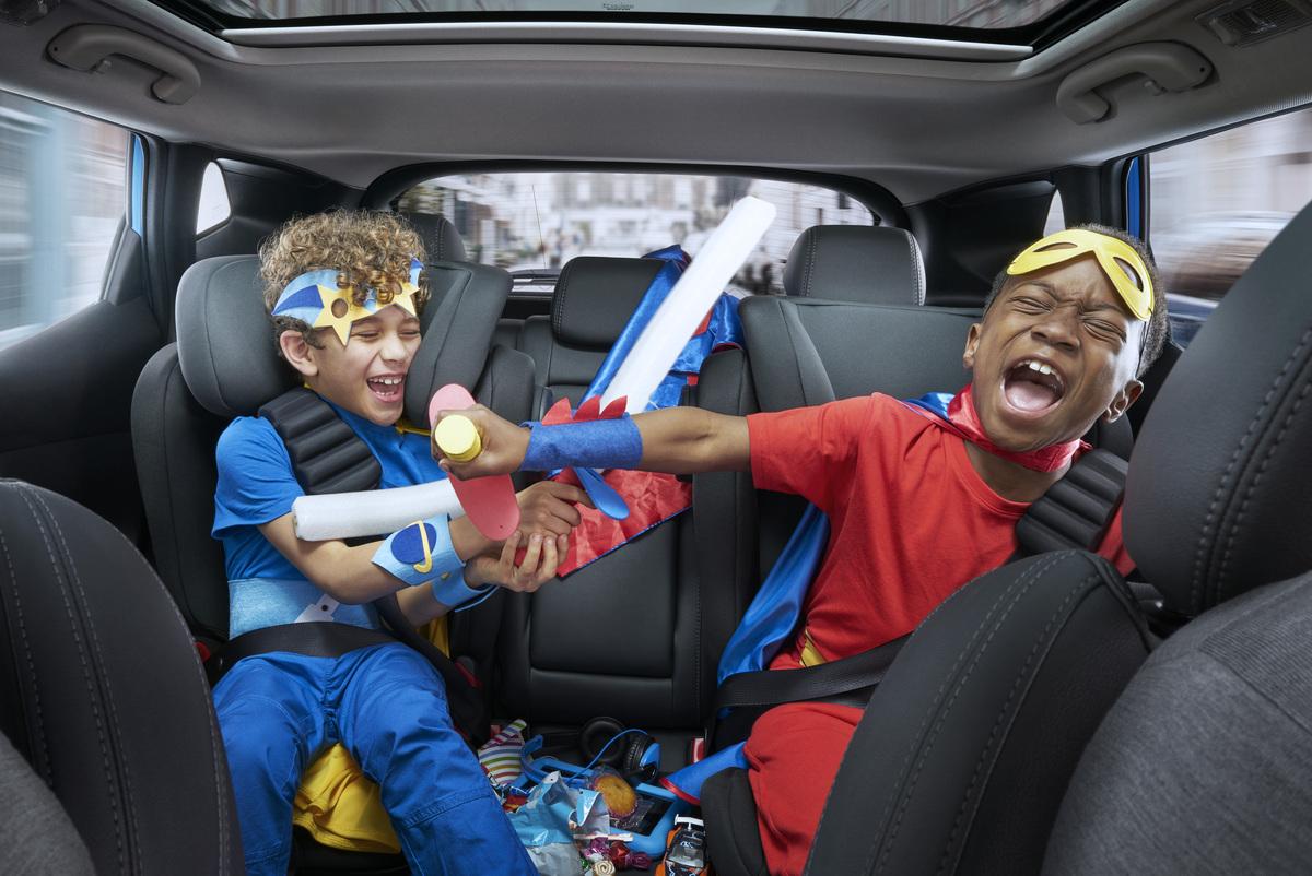 الاطفال داخل السيارة