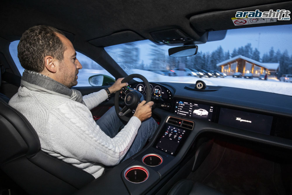 سيارة بورش تايكان الكهربائية 2020 من الداخل